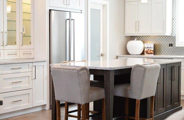 ארונות ויטרינה למטבח – תוספת מושלמת לאחסון ותצוגה