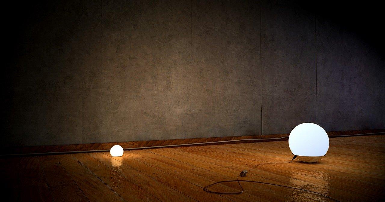 איך מנורה עומדת יכולה לשדרג את הסלון שלך?